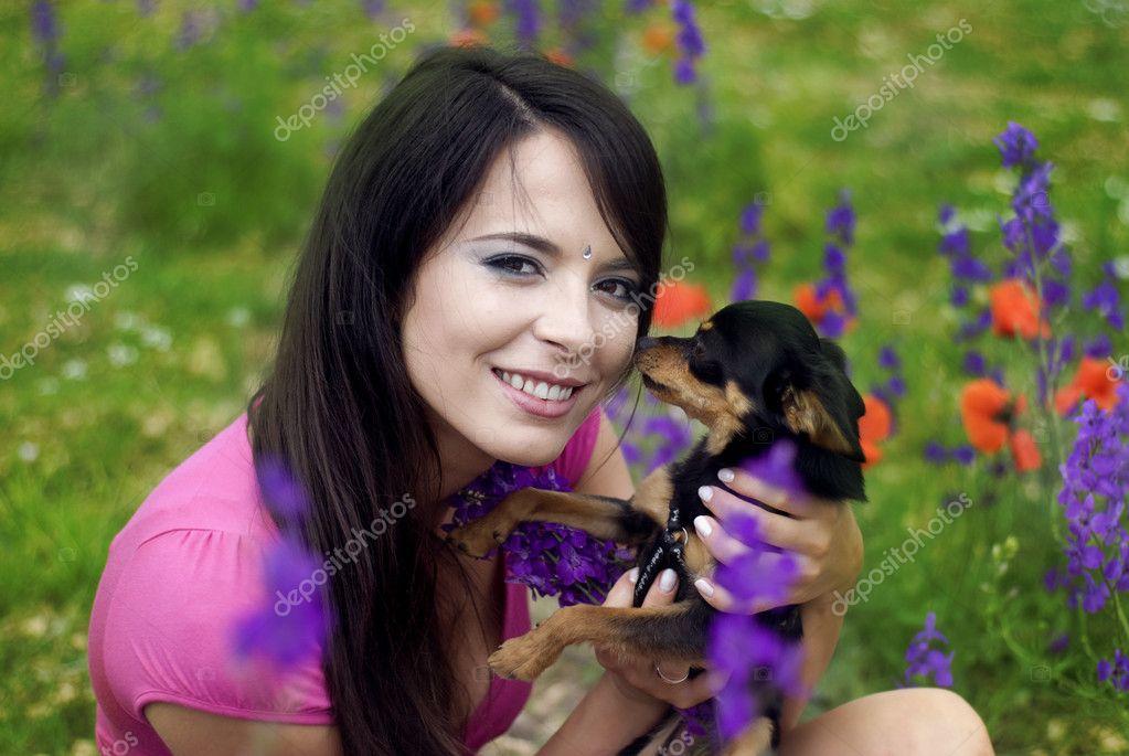 Frauen in Rosa mit kleinen Hund spielen Muschi — Stockfoto