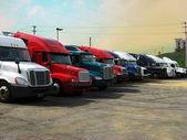 Truck stop při západu slunce