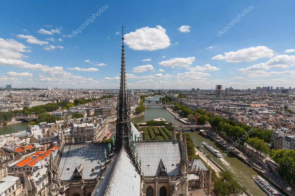 パリのノートルダム大聖堂の展望台から撮影を見ているノートルダム大聖堂の尖塔のビュー \u2014 [著者]の写真