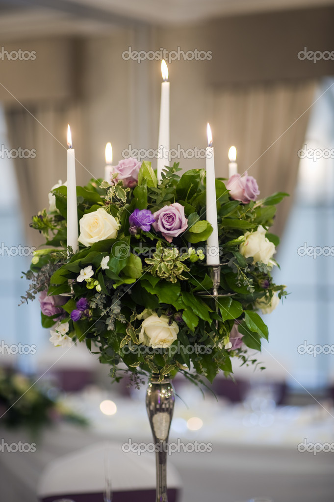 Zentrum Stuck Tischdekoration Mit Kerzen Und Blumen Stockfoto