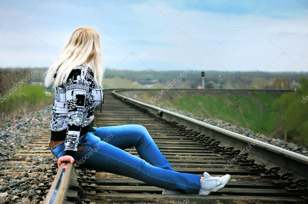 Эротичная девка сидит на рельсах (картинки)