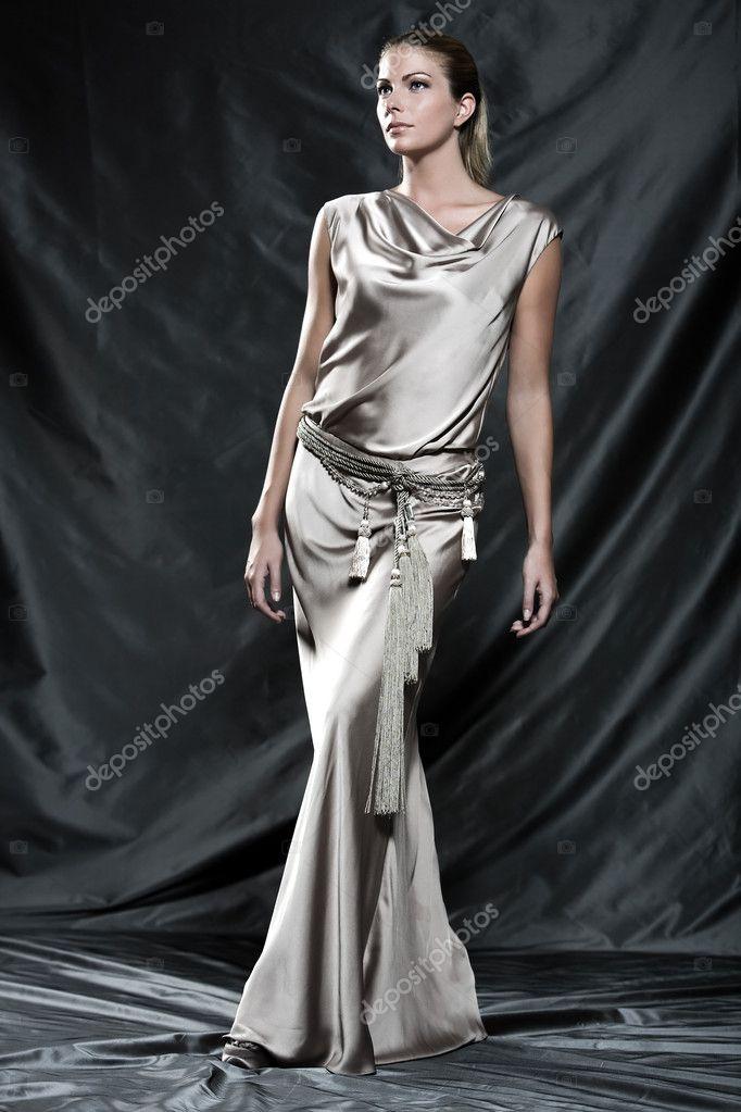 bee8627296f3 γυναίκα σε ένα μετάξι βράδυ αμάνικο φόρεμα κοκτέιλ — Φωτογραφία ...