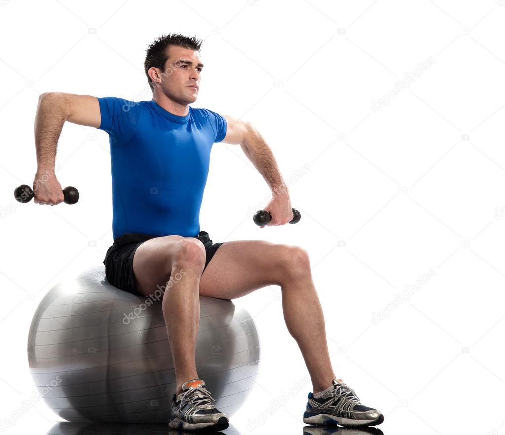 Un hombre caucásico de ejercicio de entrenamiento de peso entrenamiento  sentado en acondicionamiento físico suizo bola longitud total aislado sobre  fondo ... 86f37b168bc8