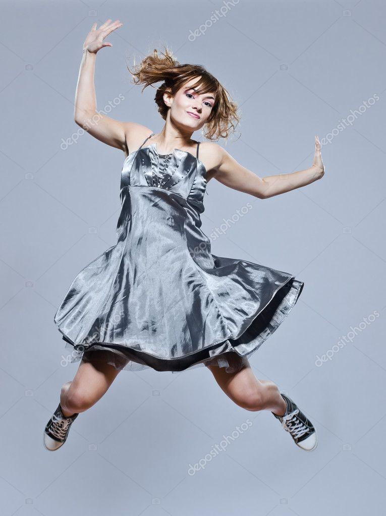 schöne junge Mädchen mit Prom Kleid springen glücklich — Stockfoto ...