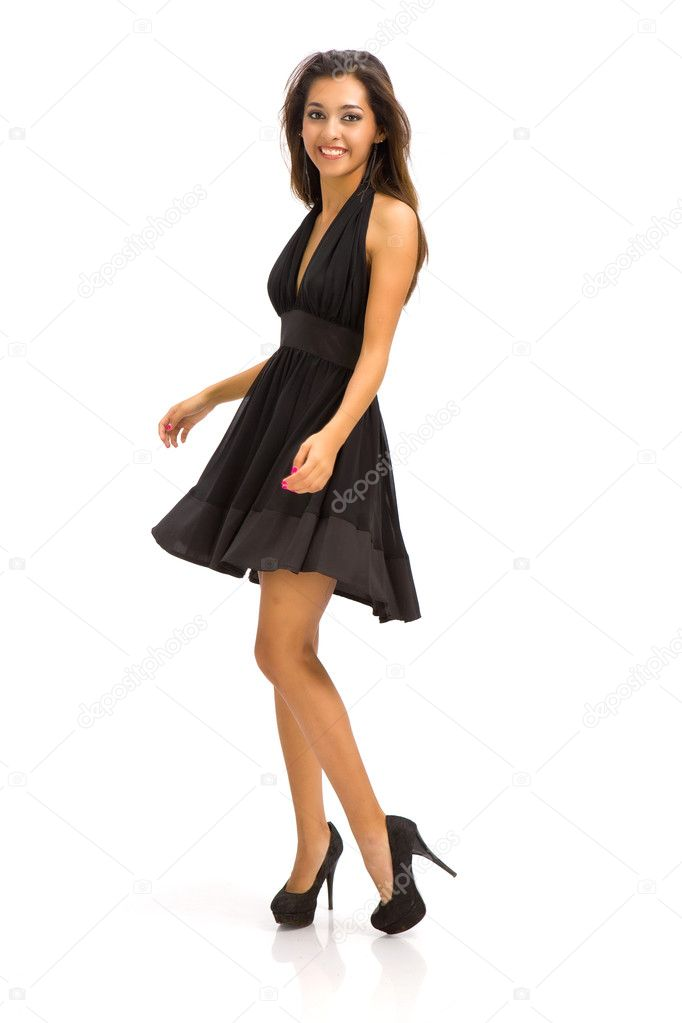9e6bc194a696 Ritratto di giovane donna mozzafiata in posa in tubino nero — Foto ...