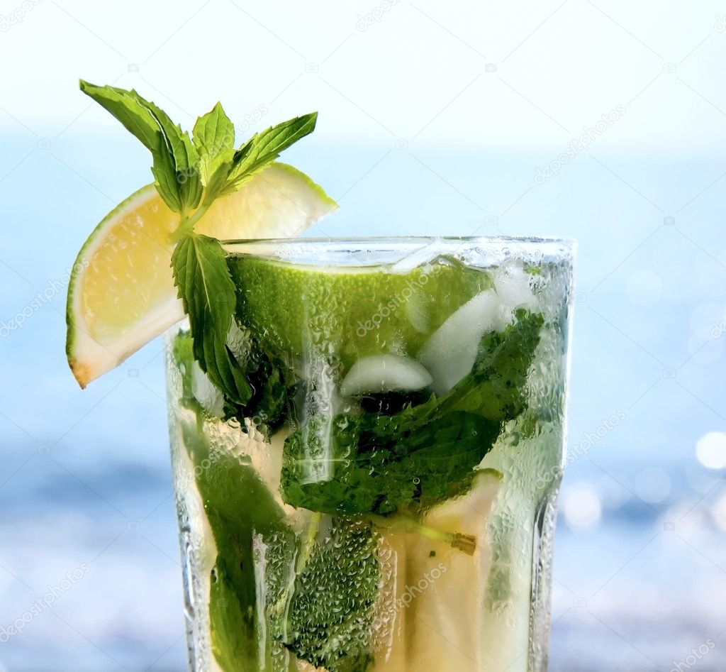 Cocktail mojito ice lemon
