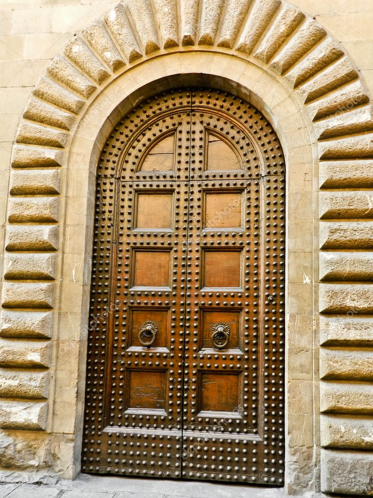 portal renacentista, puertas de madera — Foto de stock © ksiamal ...