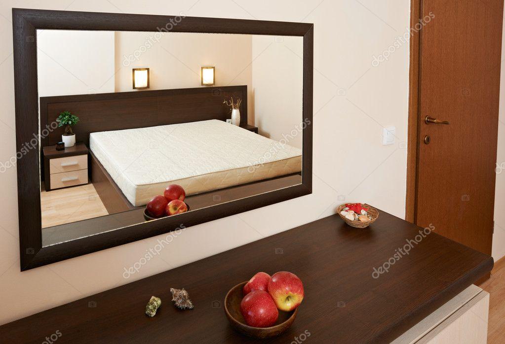 Esempio di camera da letto inerior con specchio — Foto Stock ...