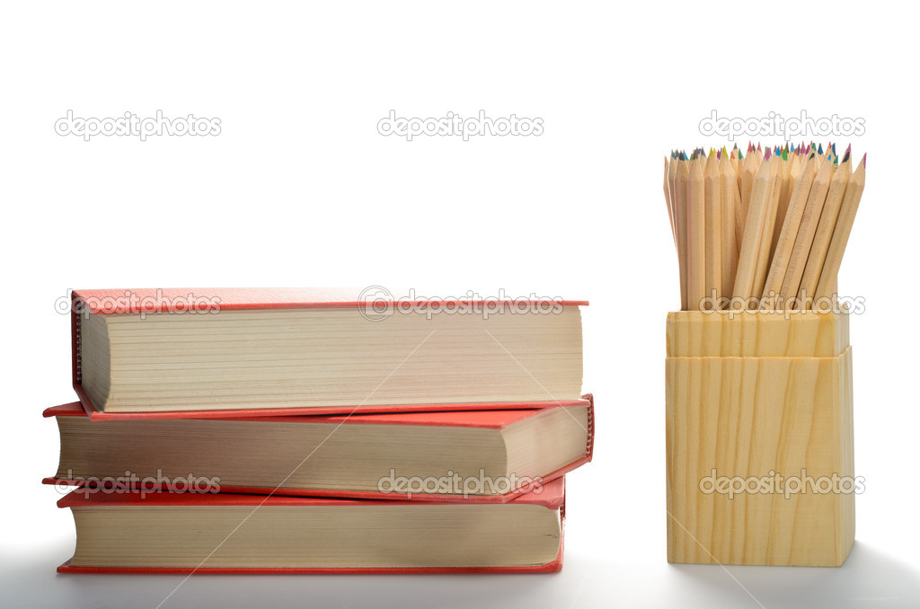 caja de lápices de colores y libros. regreso a la escuela — Fotos de ...