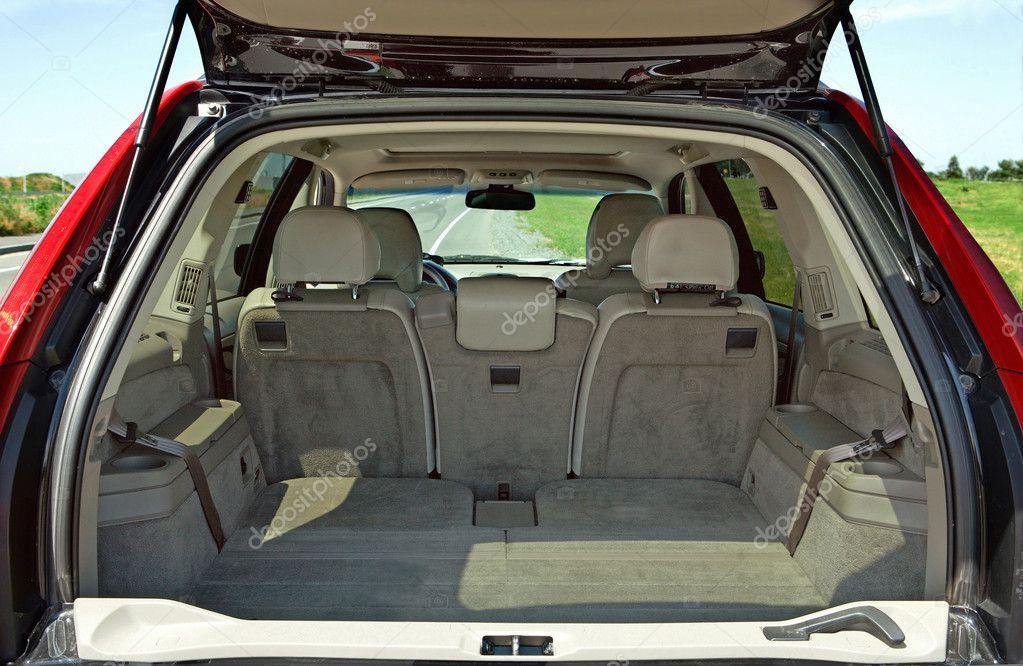 vue arri re d 39 une voiture avec un coffre ouvert photographie krivosheevv 9245287. Black Bedroom Furniture Sets. Home Design Ideas