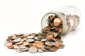 Nás mince vytekla z jar izolovaných na bílém pozadí