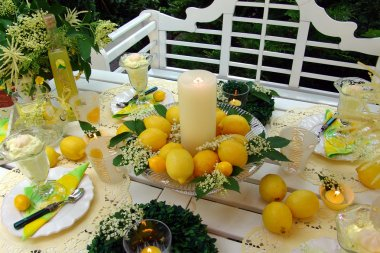 Table decoration with lemons.