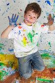 chlapec hraje s malbou
