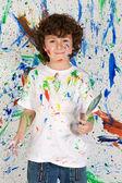 malý chlapec hraje s malbou