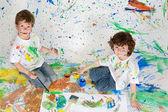 děti si hrají s malbou