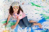 dívka si hraje s malbou