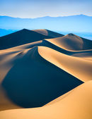 Fotografia dune di sabbia sopra il cielo blu