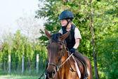 Fotografie mädchen auf einem pferd