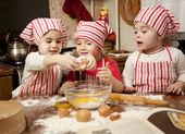 Fotografie drei kleine Köche in der Küche machen großes Durcheinander zu genießen. litt