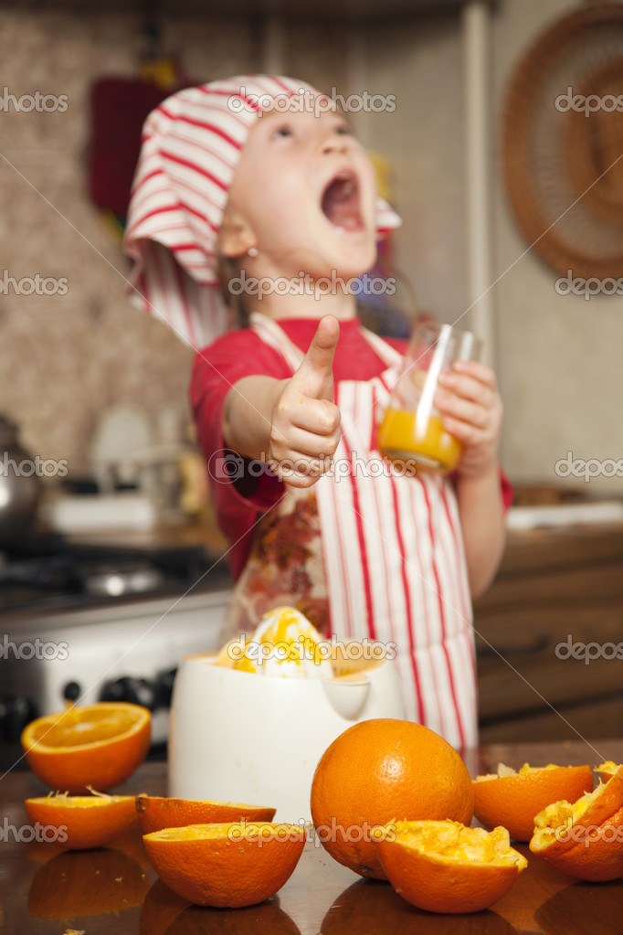 niña haciendo jugo de naranja fresco y saludable — Foto de stock ...