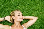 krásná zdravá mladá žena leží na zelené trávě
