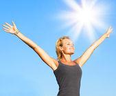 Fotografia donna giovane sana sopra cielo blu