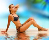 dovolená. krásná mladá žena na tropické pláži