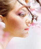 Fényképek gyönyörű lány virággal