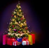 vánoční stromeček s dárky izolovaných na černém