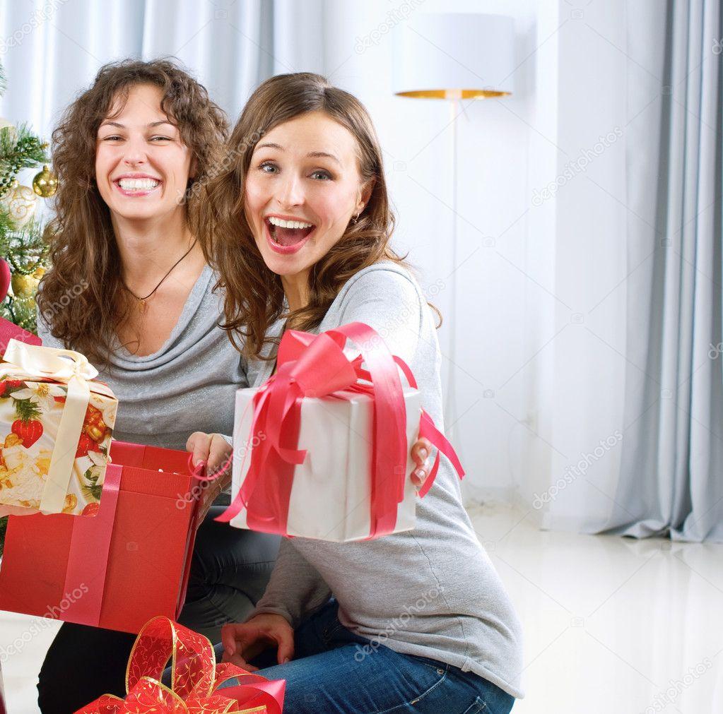 Weihnachtsfeier. Freunde mit Weihnachtsgeschenke — Stockfoto ...