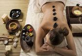 Fotografia donna di Spa. massaggio con le pietre calde