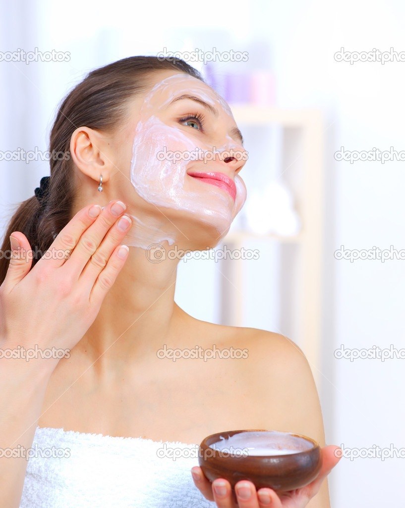 apply-facial-mask-girl-shorts-sex