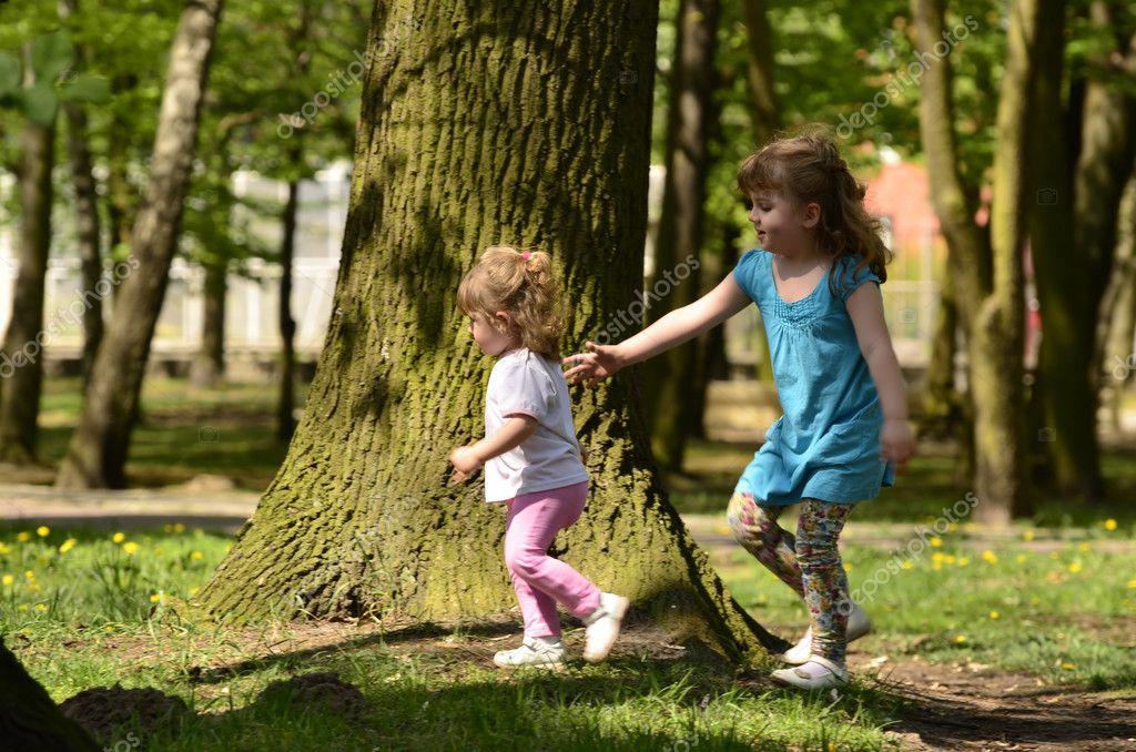 Dos ni as jugando en el parque foto de stock for Cortile giochi per bambini