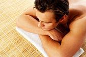 Muž relaxaci v lázeňském středisku na mat