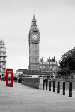 A red phone in London and Big Ben, in black and white