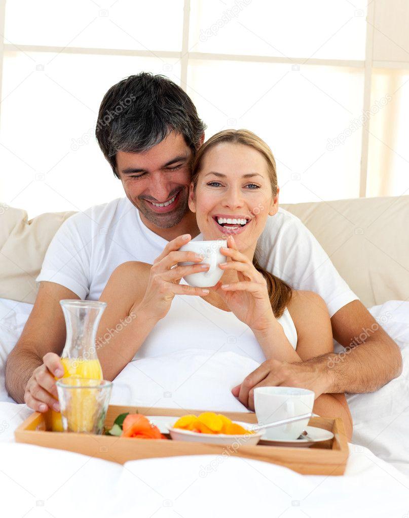 Coppia di innamorati avendo colazione sdraiato nel letto - Foto di innamorati a letto ...