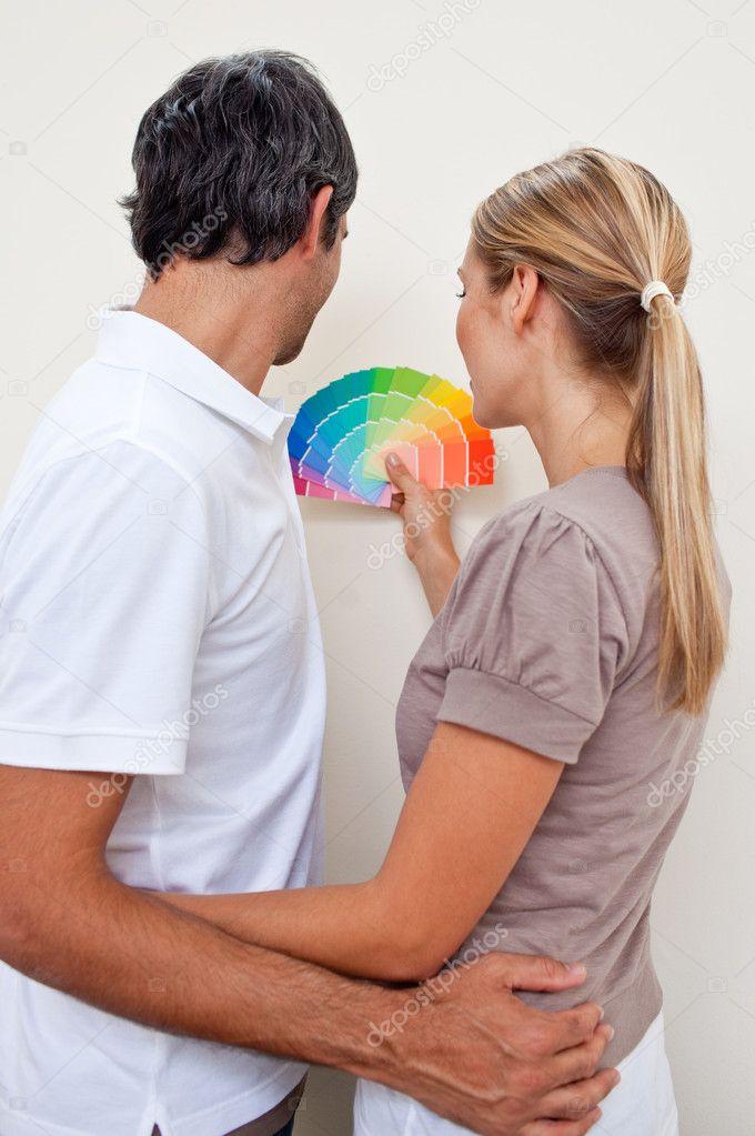 gelukkige paar een kleur met kiezen om te schilderen van hun ...