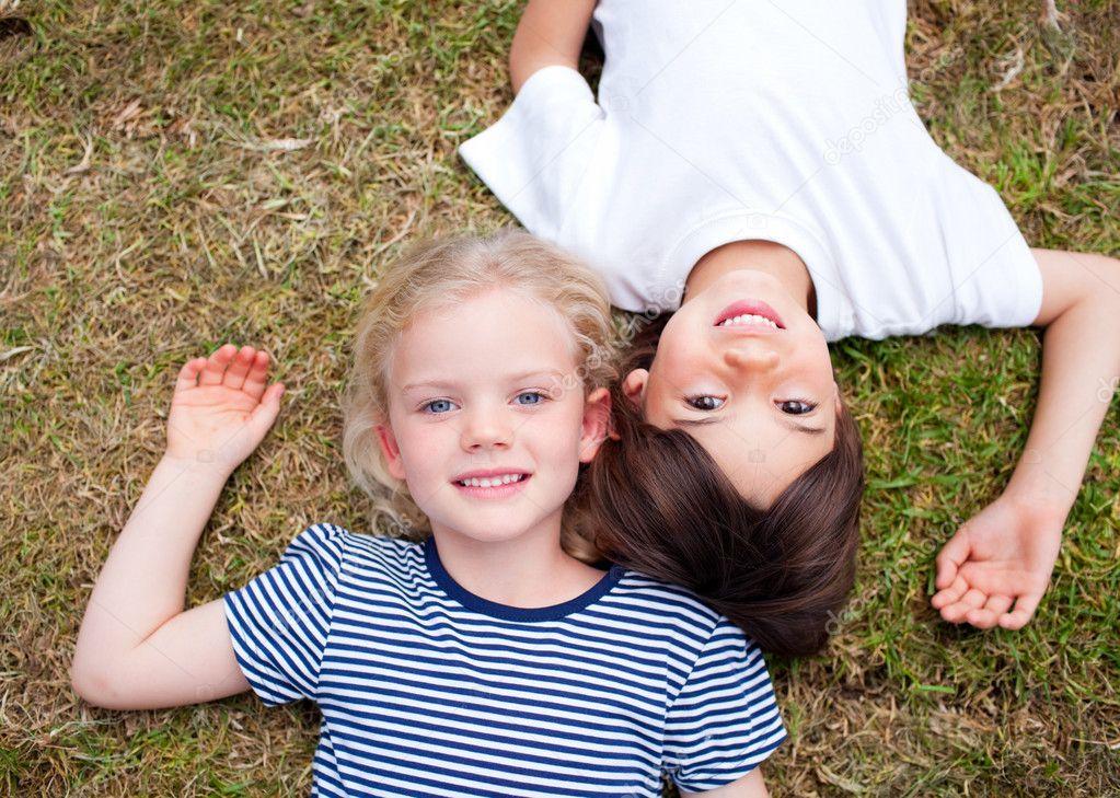 Deux Soeurs Embrassant Le Frère étonné Deux Jeunes Filles