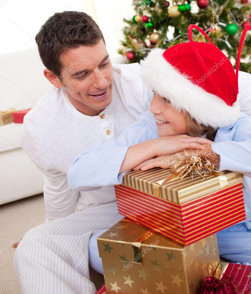 Sonriente el padre y su hijo desempacar regalos de navidad - Regalos navidad para padres ...