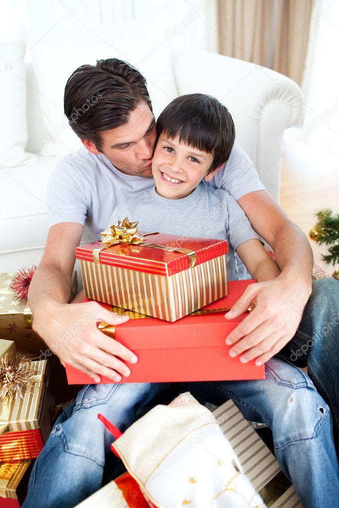 Padre besando a su hijo despu s de darle un regalo de navidad foto de stock wavebreakmedia - Regalo padre navidad ...