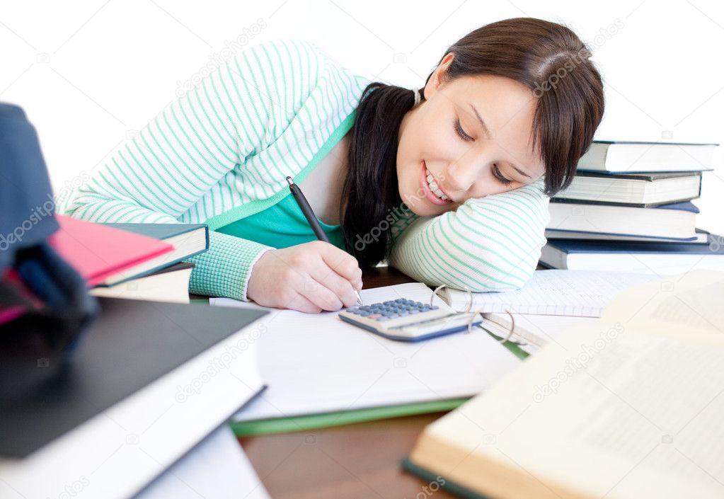 Atractiva Estudiante Haciendo Su Tarea En Un Escritorio
