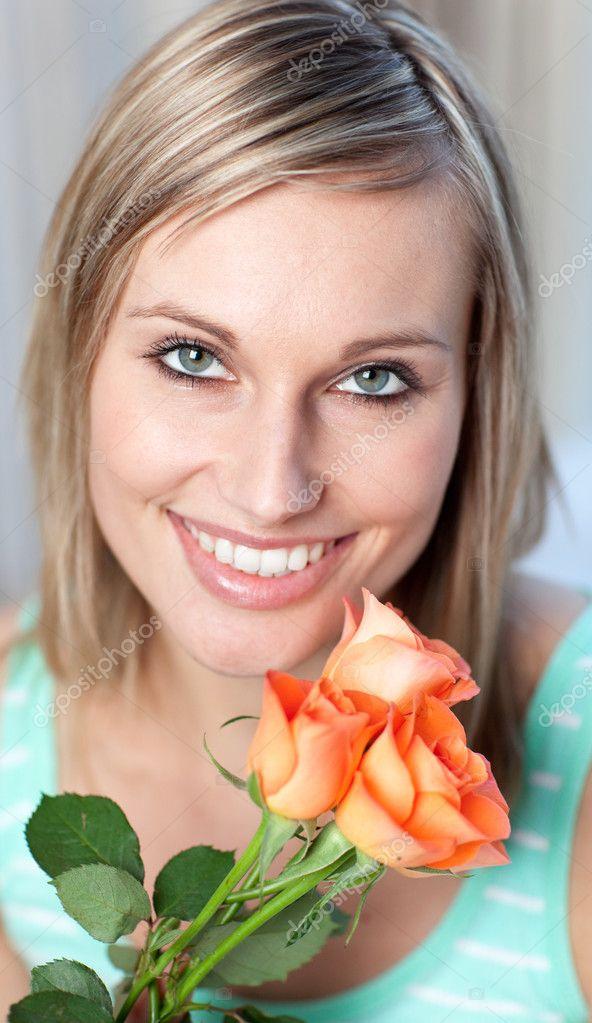 Porträt einer entzückten Frau mit Rosen — Stockfoto