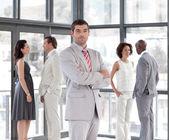 Portrét nice podnikatele se svým týmem