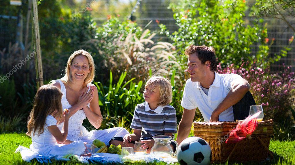 голышом на природе фото с семьей
