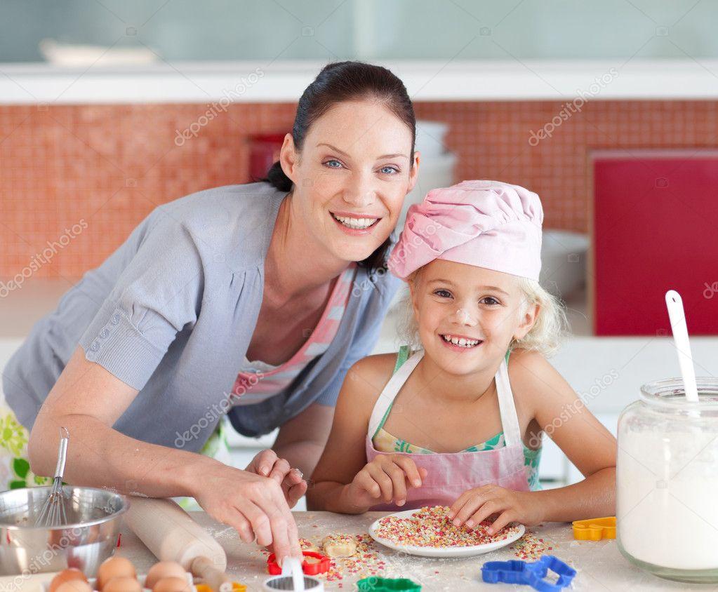 De Haar Keukens : Mooie moeder en haar dochter bakken in een keuken u stockfoto
