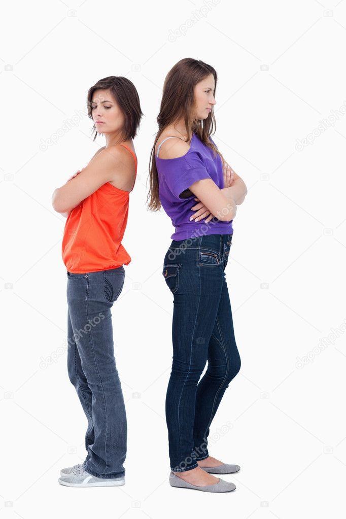 6c5a20484957 Adolescenti in piedi schiena contro schiena e incrocio le braccia — Foto di  ...