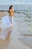 Fotografie schöne junge Mädchen zu Fuß am Strand