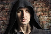 Strašidelný muž v kapuci