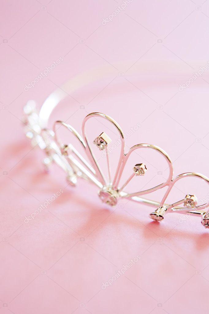 85562f13d6 γάμο tiara σε νυφικό ροζ φόντο — Φωτογραφία Αρχείου © daisy-daisy ...