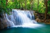 Fotografie hluboký lesní vodopád v kanchanaburi, Thajsko